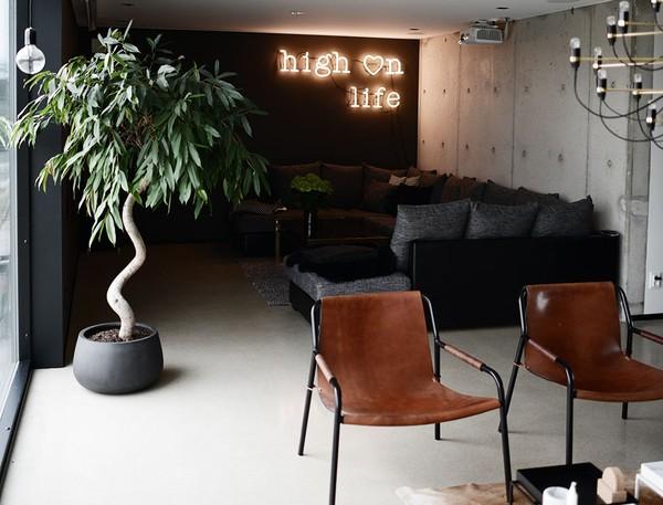 rebecca_centren_emmas_designblogg_livingroom_black_leather_neon_529514e6ddf2b31296554b75