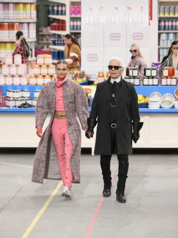 Cara-Delevingne-Karl-Lagerfeld-et-Kendall-Jenner-lors-du-defile-Chanel-a-Paris-le-4-mars-2014_portrait_w674