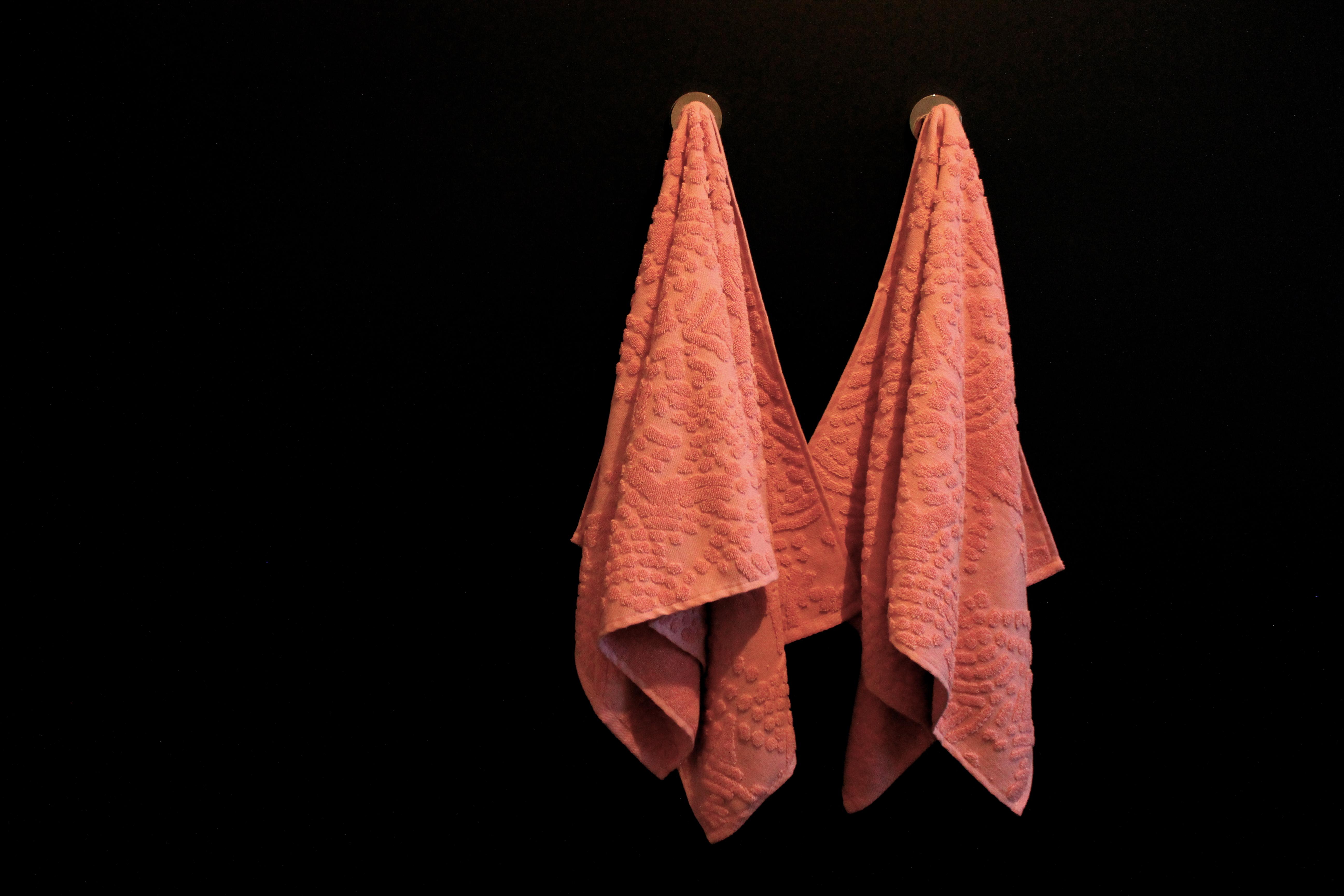 Svartir veggir og bleik handklæði