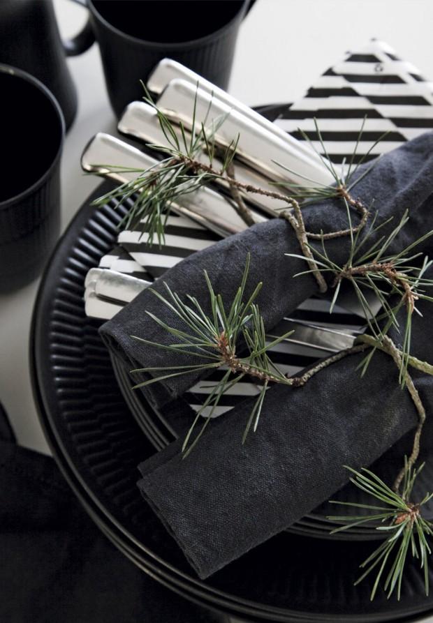 borddaekning-sort-riflet-tallerken-royal-copenhagen-jul-EsegLmnxmnOraS8KfpZfEw
