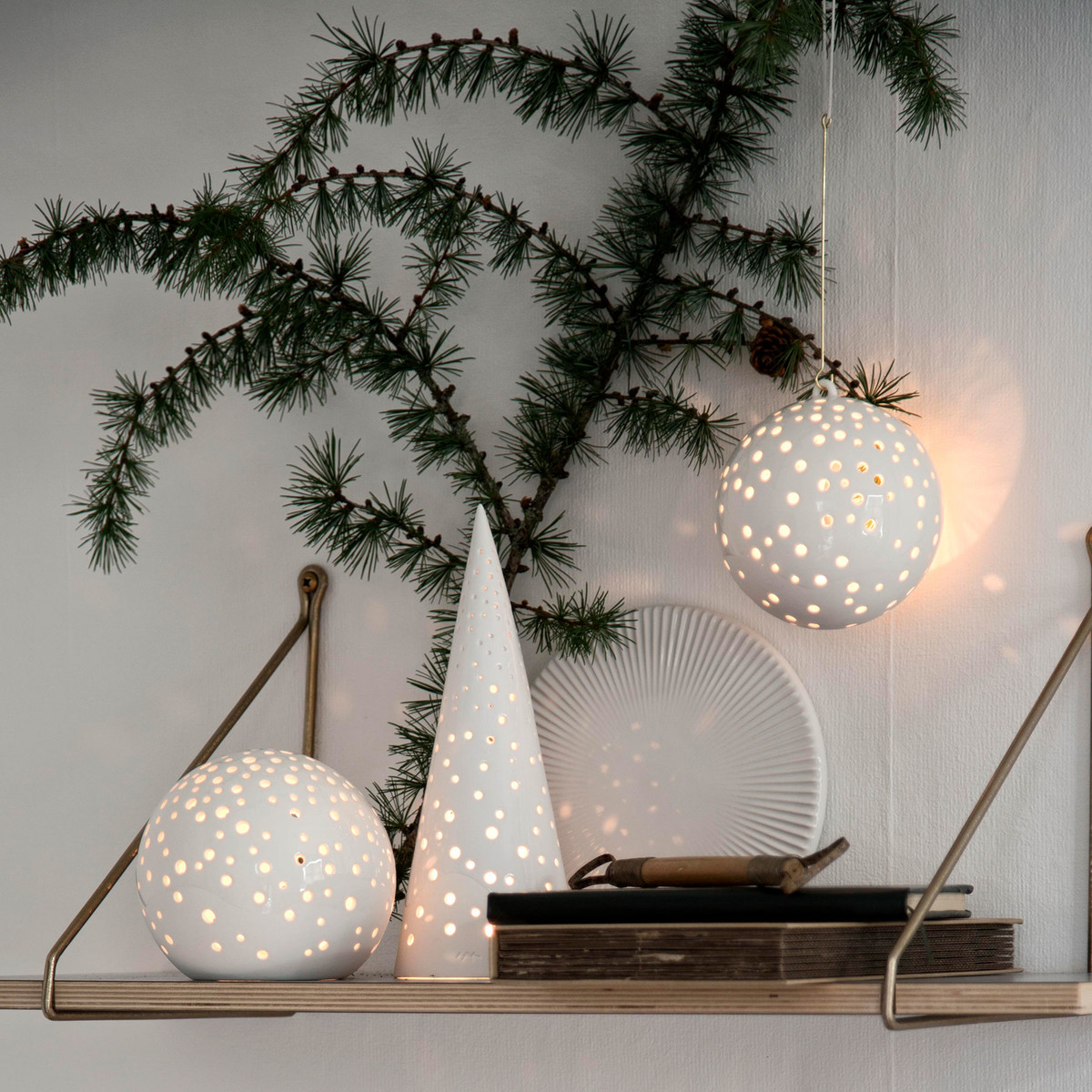 kaehler-design-nobili-teelichtleuchter-kugel-pyramide-weiss-regal-weihnachten-ambiente