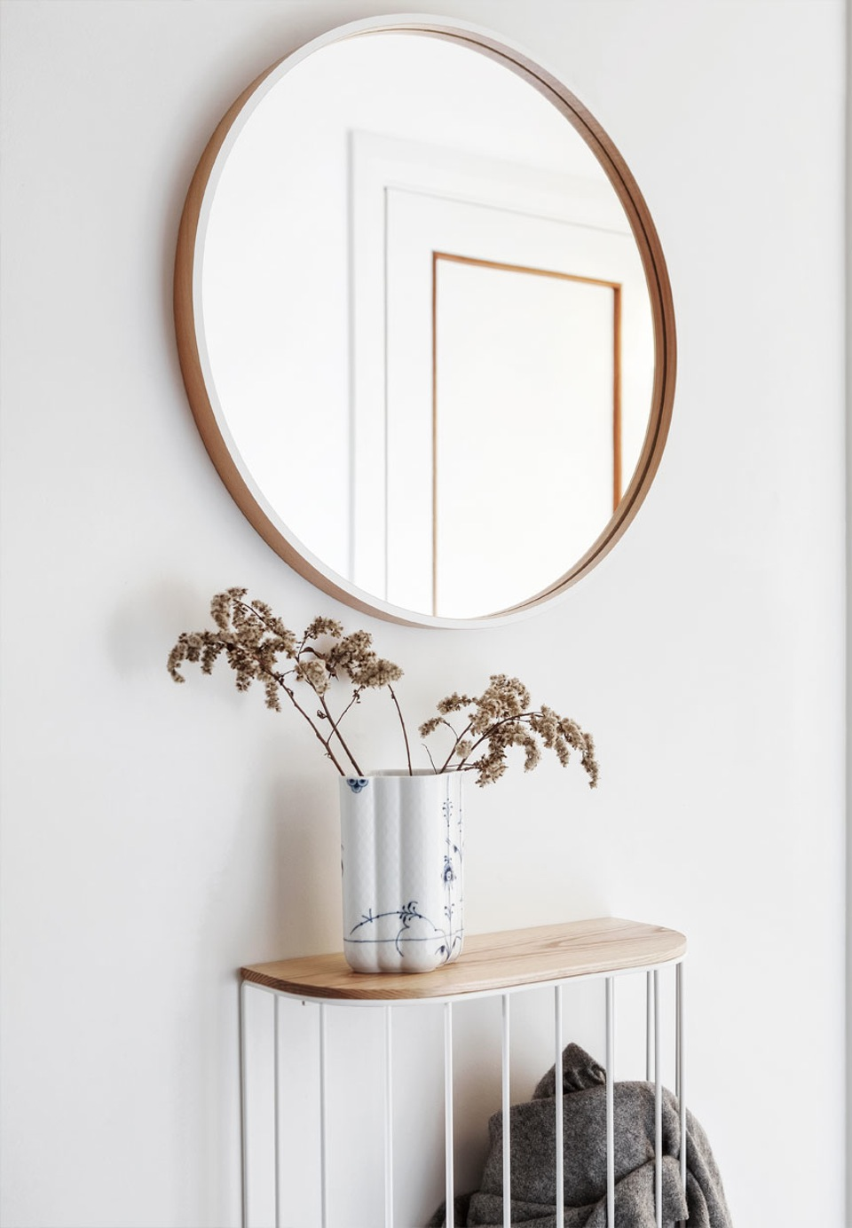 entre-trae-rundt-spejl-johanne-nygaard-dueholm-lejlighed-aalborg-g67orkb2sukjynileahjza